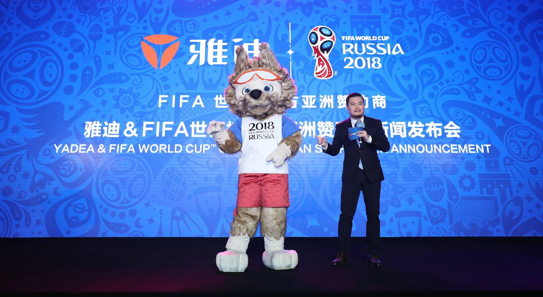 12.著名主持人贺炜与2018FAFA世界杯吉祥物扎比瓦卡.JPG