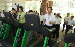"""体育总局副局长赵勇体验共享跑步机 盛赞智慧共享运动器材投放是""""幸福工程"""""""