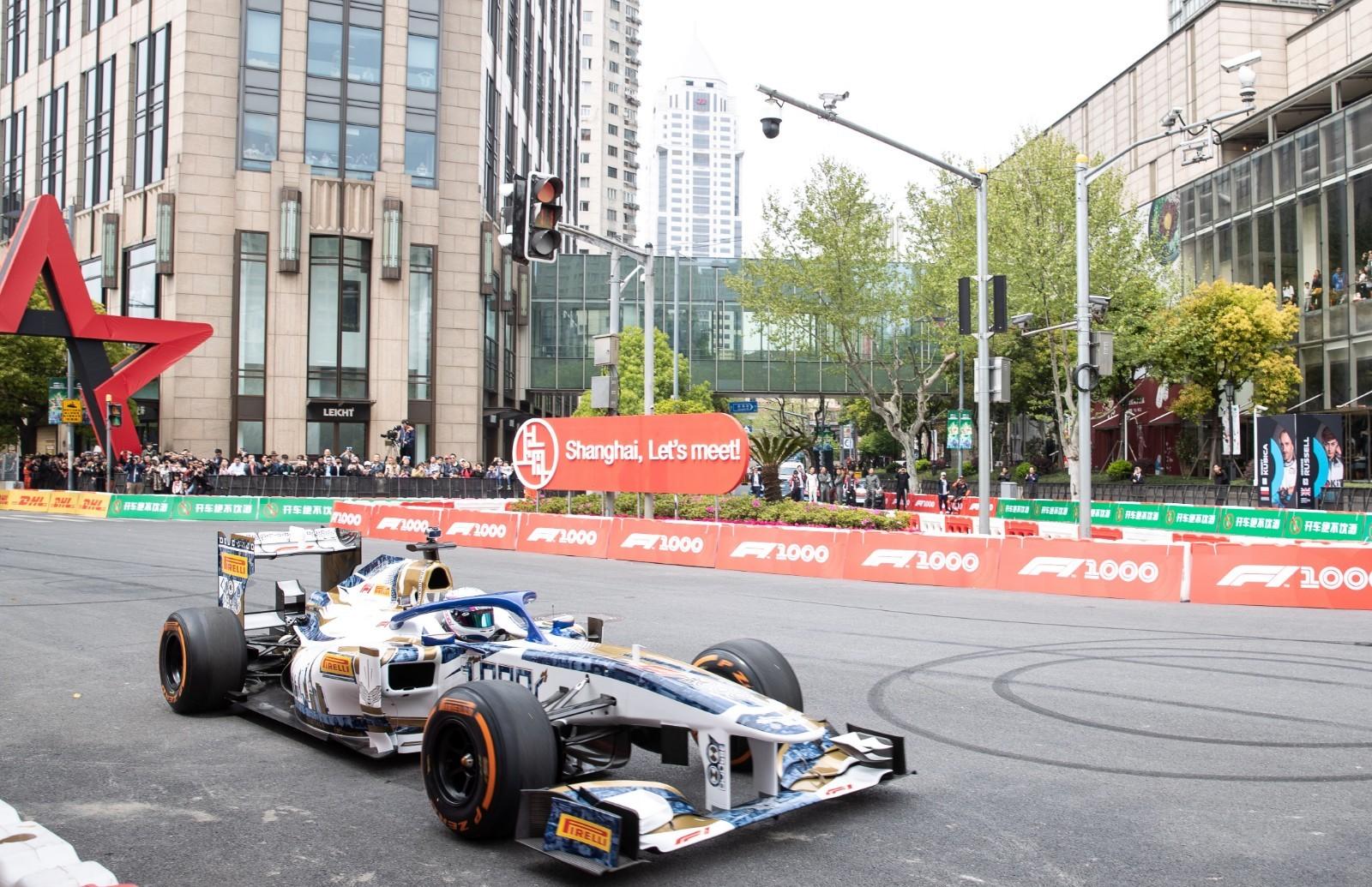 F1赛车首次在上海街头表演 周冠宇驾驶雷诺驰骋新天地