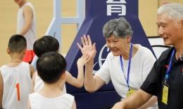 NYBO夏季邀请赛共18支球队晋级总决赛  姚明父母为小朋友颁奖