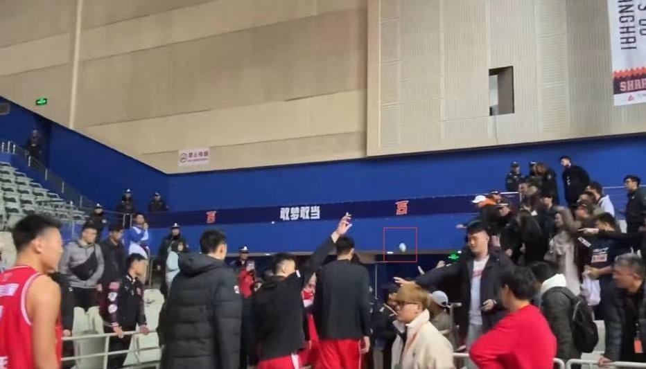 上海男篮发布公告:辱骂赵泰隆球迷已被公安机关进行批评教育