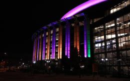 致敬科比!掘金主场将球馆外部灯光换成湖人紫金色