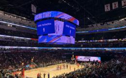 """共抗疫情!NBA全明星新秀赛现场大屏幕打出""""武汉加油""""口号 并向武汉捐赠第三批医疗设备"""