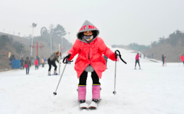 浙江安吉江南天池滑雪场恢复开放,推出100元畅滑吸引游客