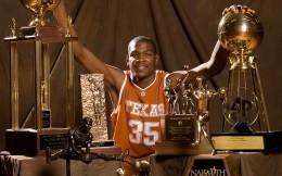 杜兰特NCAA年度球员奖杯拍出11万美元 收益将用于慈善