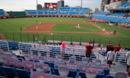 疫情期间复赛的中国台湾棒球赛什么样?空场堆满人形纸板让球员倍感怪异