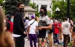 CBA新疆男篮外援斯托克斯在美参加游行示威
