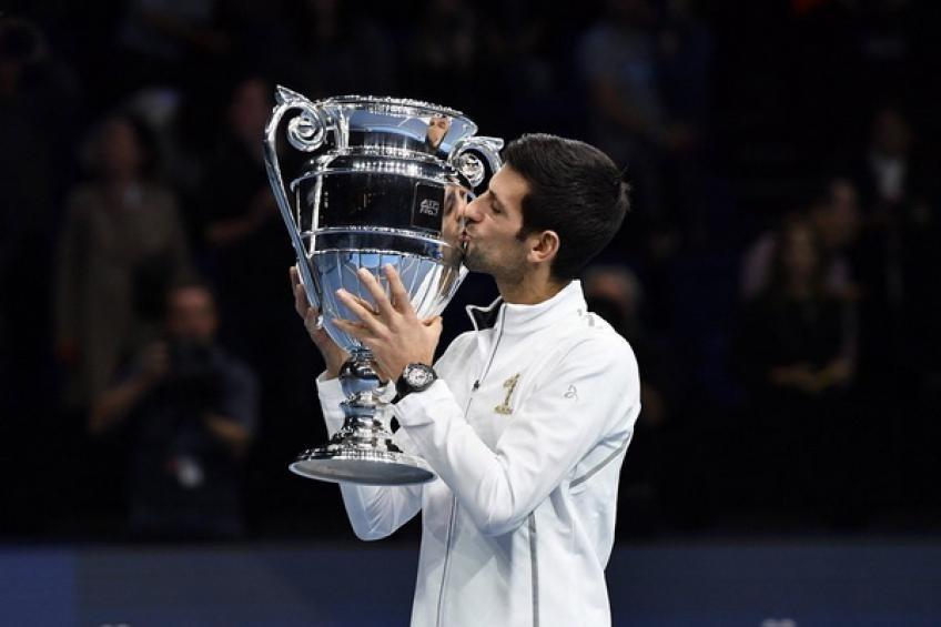 德约科维奇领取ATP年终世界第一奖杯 与桑普拉斯并列史上第一