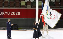 相约2024!东京巴黎市长完成奥林匹克会旗交接 奥运会开启巴黎时间