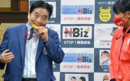 日本女垒选手将获得一枚全新金牌,咬金牌的市长将承担所有费用