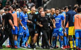 法甲发生大规模球迷冲场事件 比赛被迫腰斩