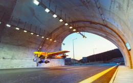 连获5项吉尼斯纪录!奥地利Red Bull特技飞行44秒内穿越两条隧道